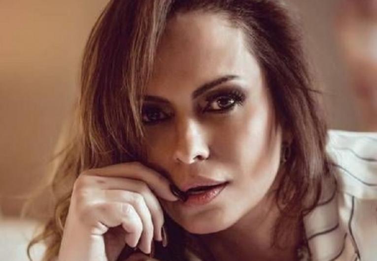 Aos 47 anos, Núbia Oliiver mostra as curvas em ensaio sensual; confira