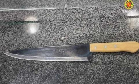 Ameaçada com faca pelo marido, mulher finge pedir pizza e chama polícia